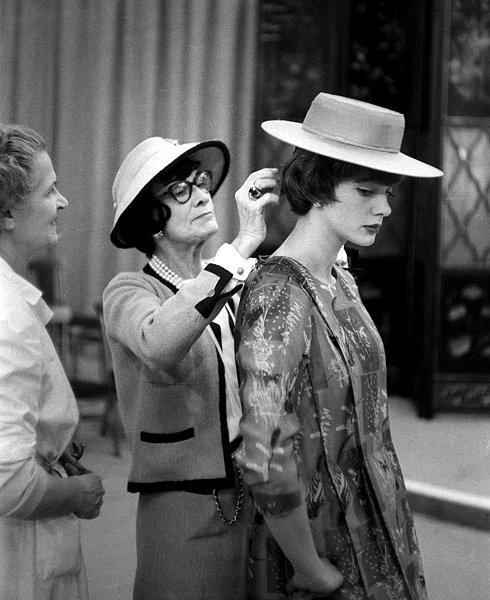 Coco Chanel with model. photo Willy Rizzo, Flickr.com