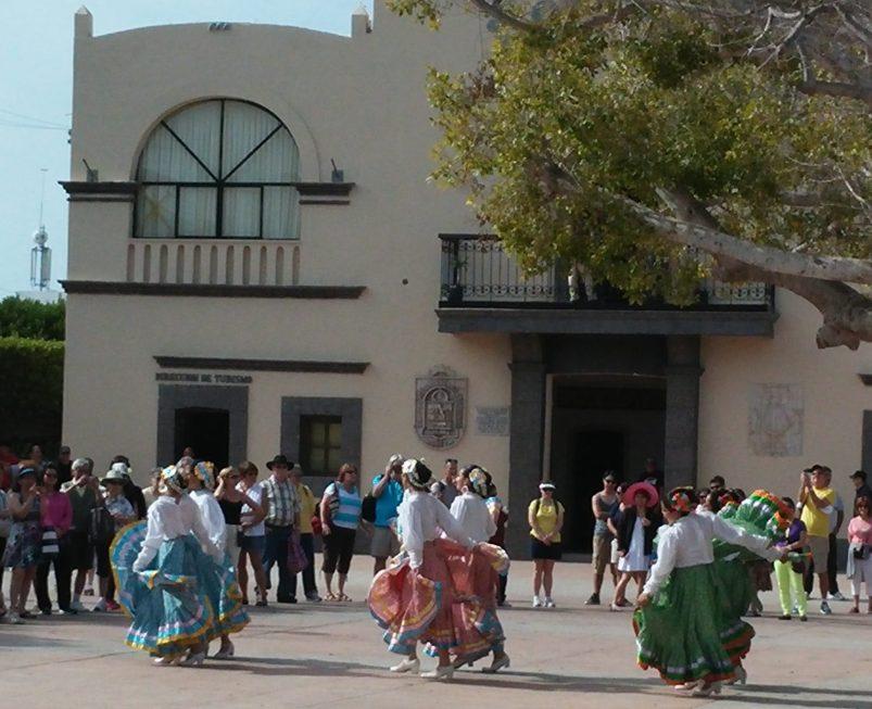 Dancers entertain - ©EDGExpo.com